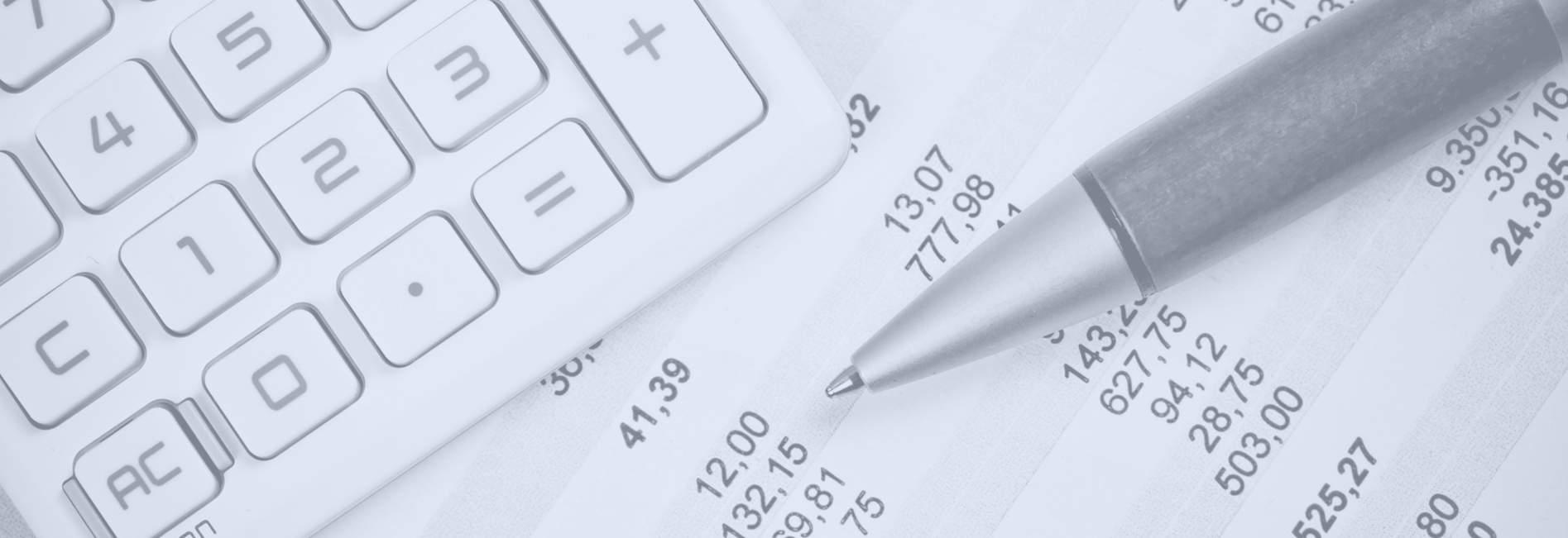 Taschenrechner und Stift bei der Steuererklärung bildlich für Steuerrecht Rechtsanwalt